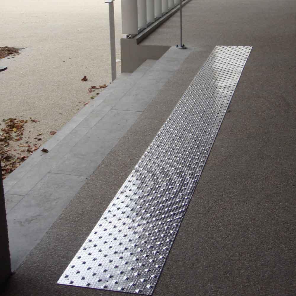 Dalles podotactiles en aluminium