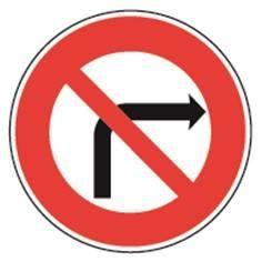 Panneau routier indiquant une interdiction de tourner à droite à la prochaine intersection.